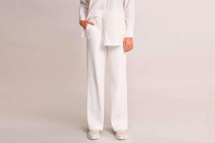 Pantalón ancho de punto en color blanco
