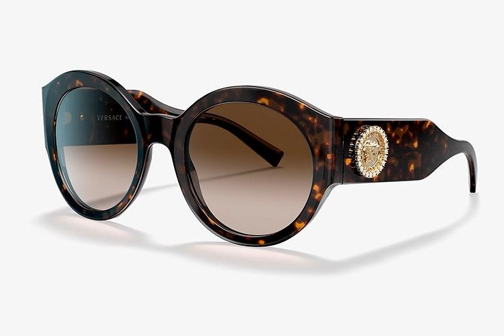 Gafas de sol de Versace. Disponibles en Sunglass Hut
