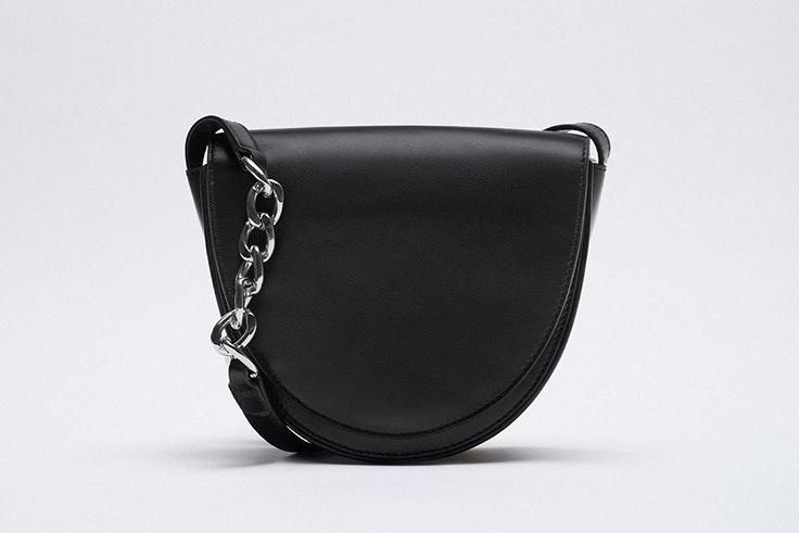 Bolso bandolera en color negro con detalle de cadena de Zara