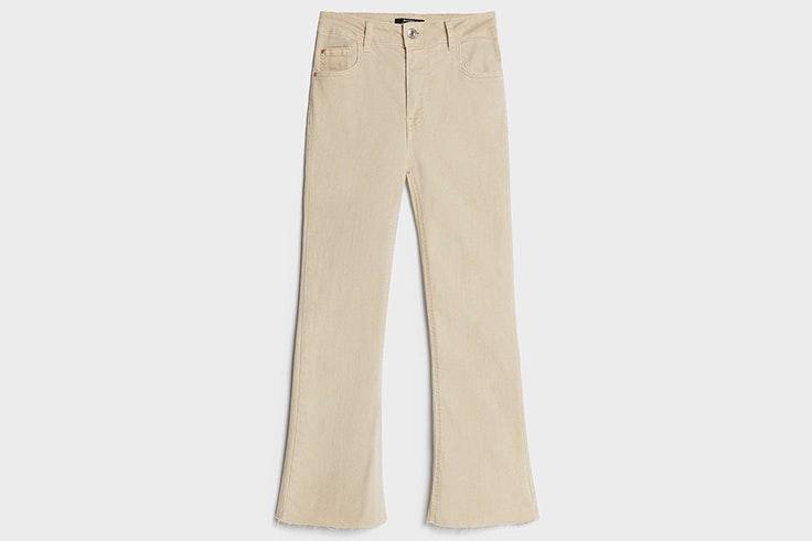 Pantalón flare en color beige de Bershka