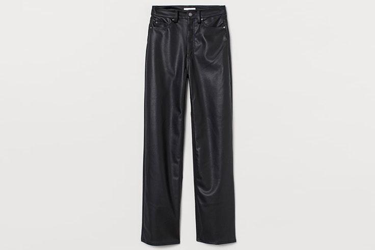 Pantalón en piel sintética de color negro de H&M