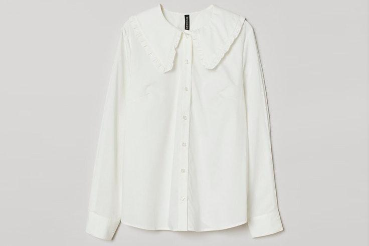 Camisa blanca con cuello ancho de H&M imprescindibles de noviembre