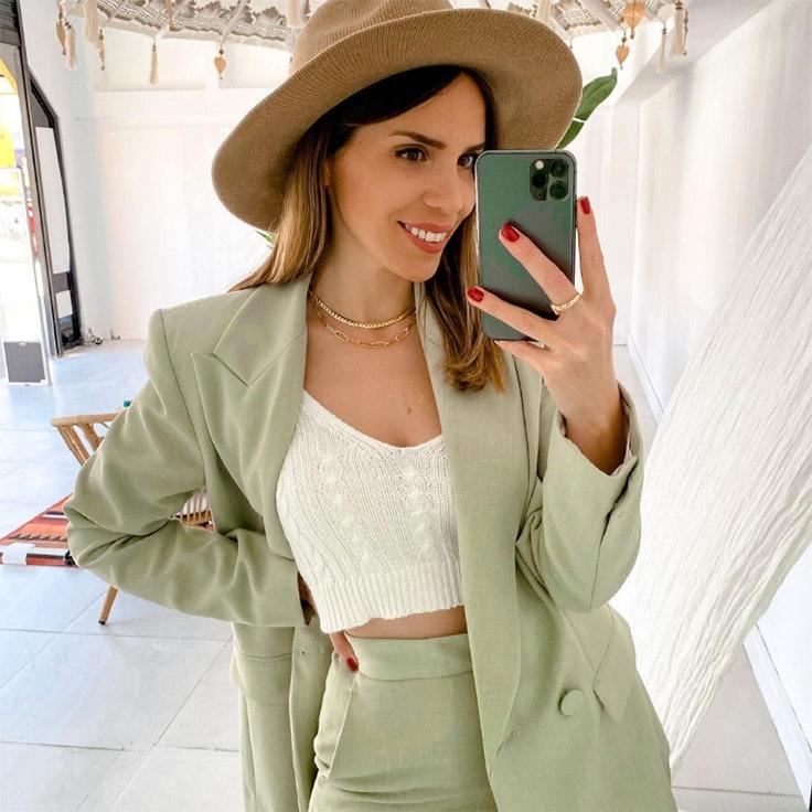 ana de bedoya look primavera traje verde de lino zara
