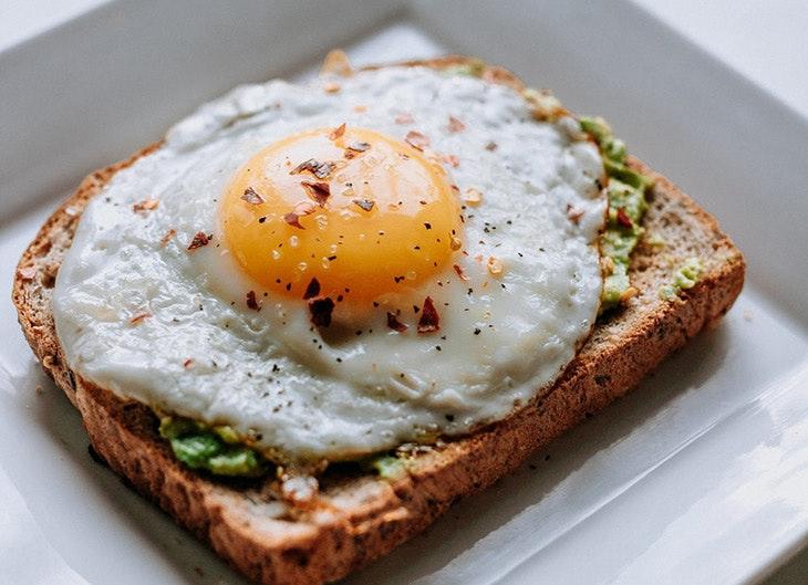 Desayunos de fin de semana tostadas con huevo
