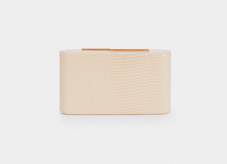 Bolso tipo clutch en color beige de Parfois