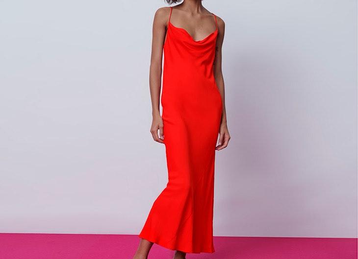 looks de alfombra roja Vestido rojo satinado de tirantes  zara