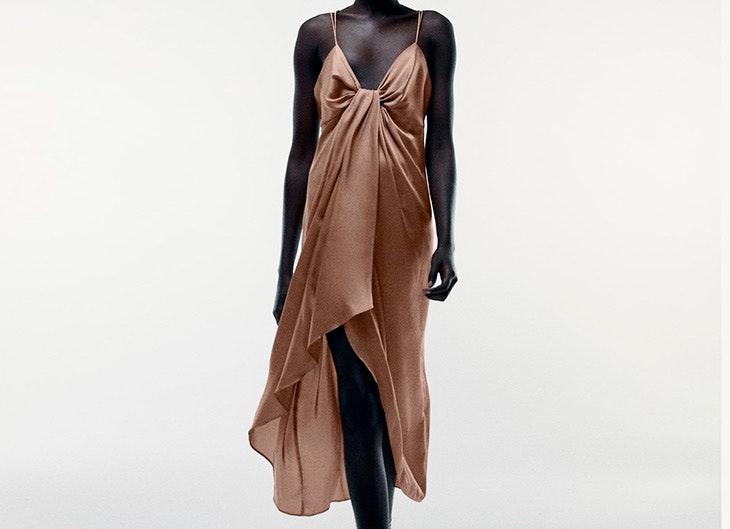 Vestido satinado con detalle de nudo en tono marrón looks de alfombra roja
