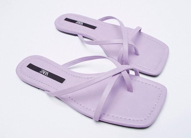 Sandalias planas con tiras en color lila de Zara nueva colección 2021