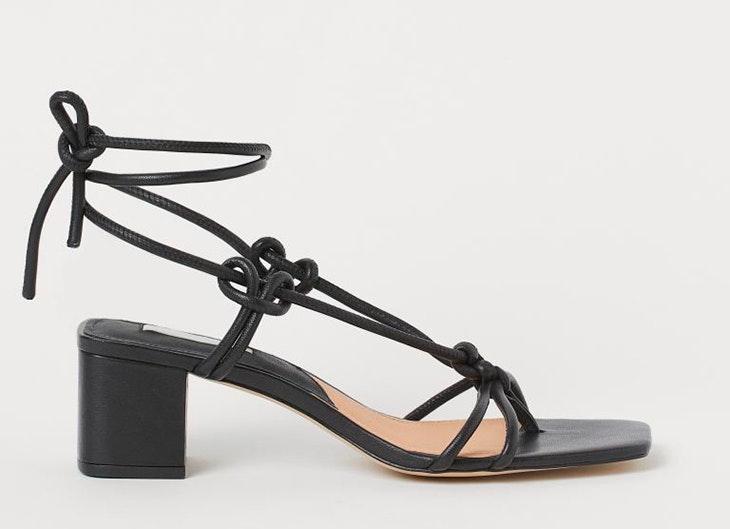 sandalias para primavera Sandalias de lazos en color negro de H&M