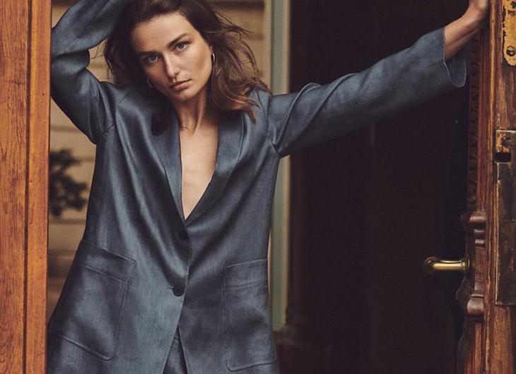 Traje de chaqueta y bermuda de lino en color acero de Massimo Dutti