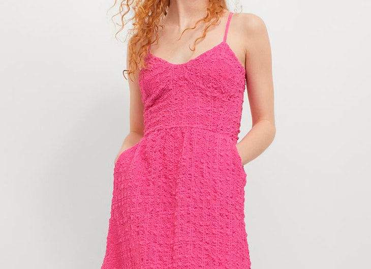 Vestido vaporoso con textura en color rosa de H&M tendencias para verano 2021