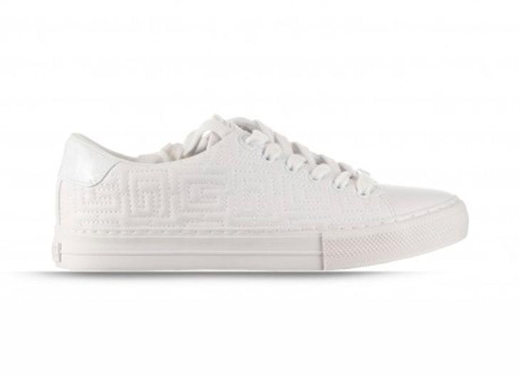 Zapatillas blancas de Guess. Disponibles en la zapatería RKS