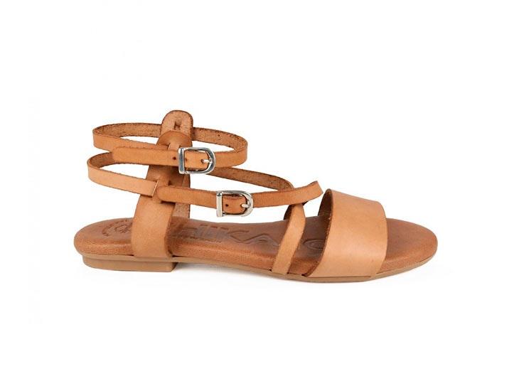 Sandalias planas en color camel de Chika 10