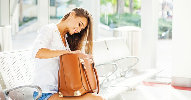 Afinal, o que as mulheres levam na carteira?