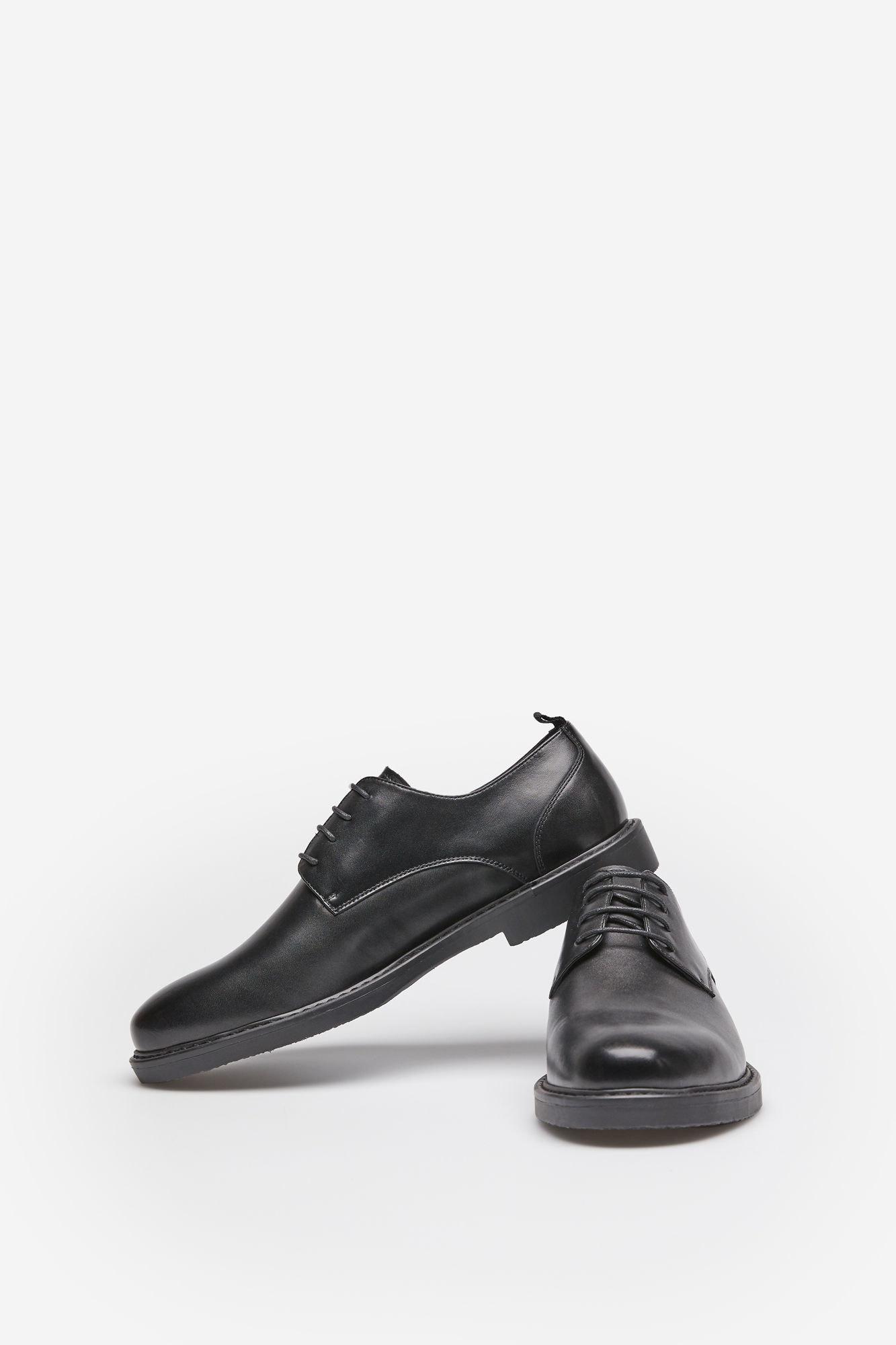 O que seria de um vaidoso sem um bom sapato? Seja para uma ocasião especial que se aproxima ou para o trabalho, estes sapatos de pele são lindos de morrer! Springfield, 59,99€
