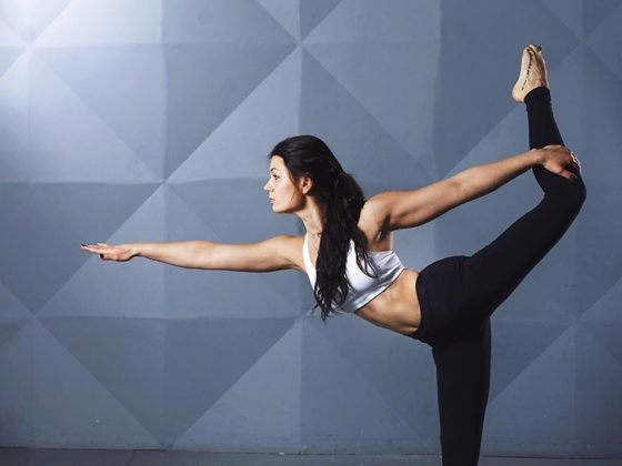 Sorpréndete con estas 5 posturas de yoga para hacer en la playa
