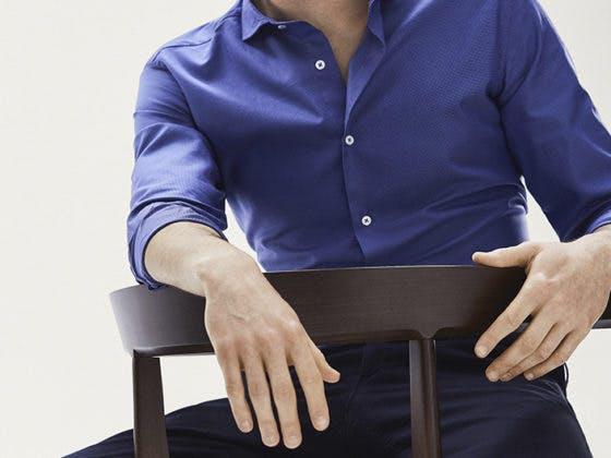 Cómo combinar las camisas de vestir para hombre
