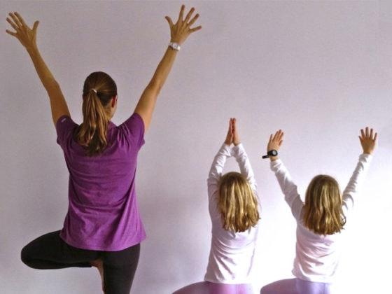 4 ejercicios para hacer pilates en casa con la familia