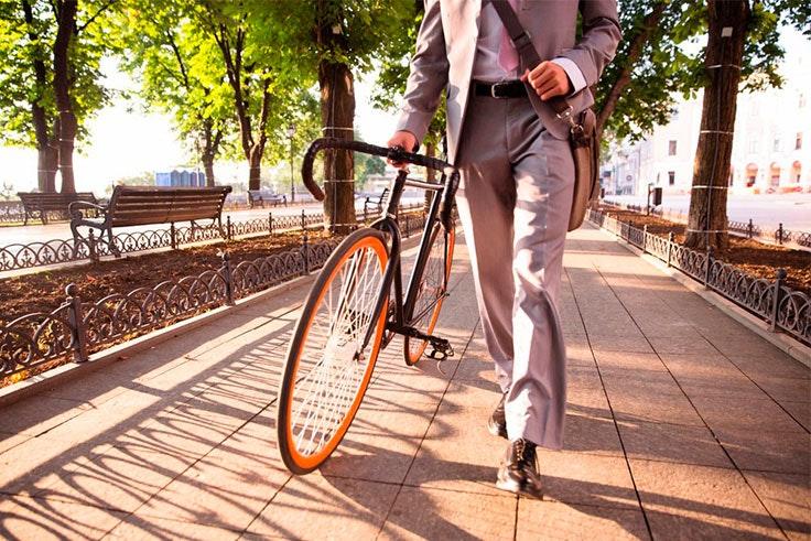 Ir en bici al trabajo es una buena manera de empezar haciendo ejercicio.