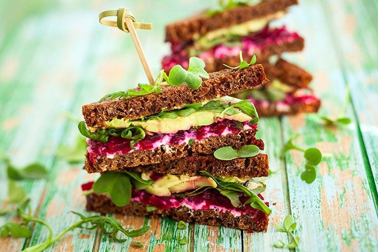 Sándwich vegetal con aguacate y humus de remolacha