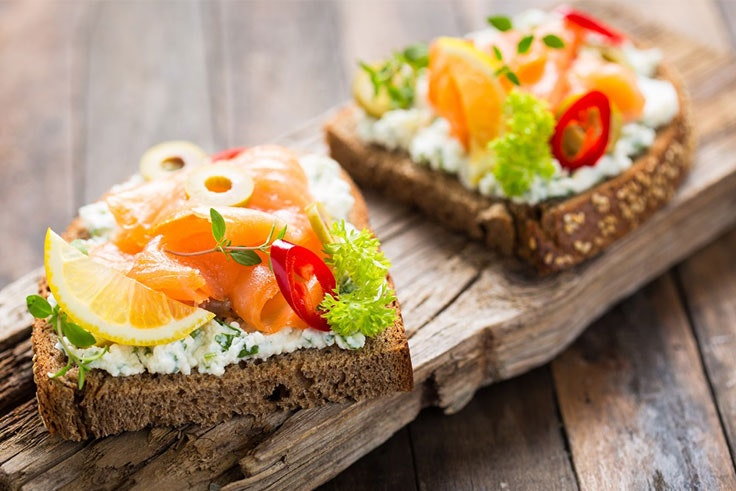 Tostada de pan integral con salmón y queso cremoso