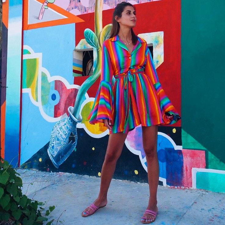 Mery Turiel con vestido arcoíris