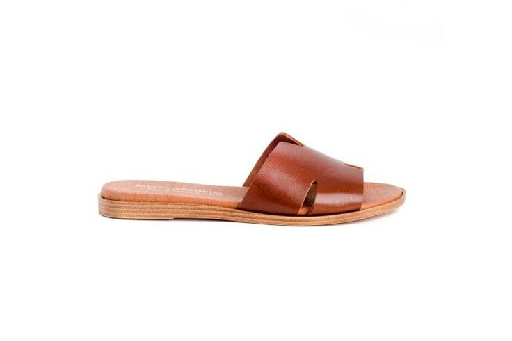 sandalia-marron-plana-zap-in