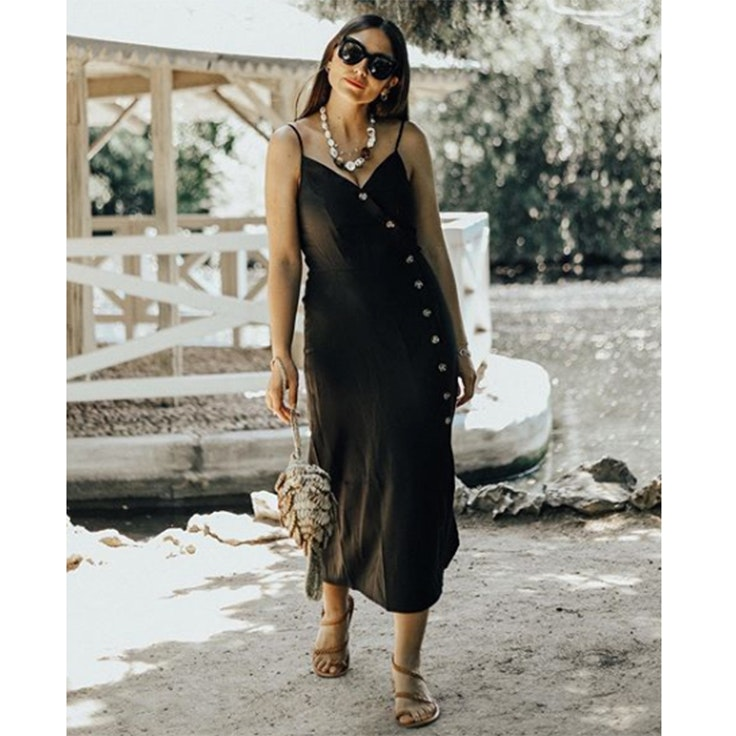 erea louro vestido negro