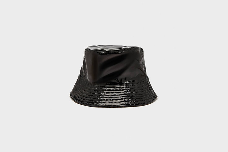 gorro bucket efecto charol bershka Lucy Williams