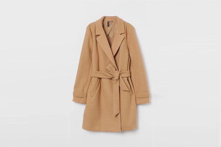 abrigo afieltrado color beige con cinturon de H&M Alexandra Pereira