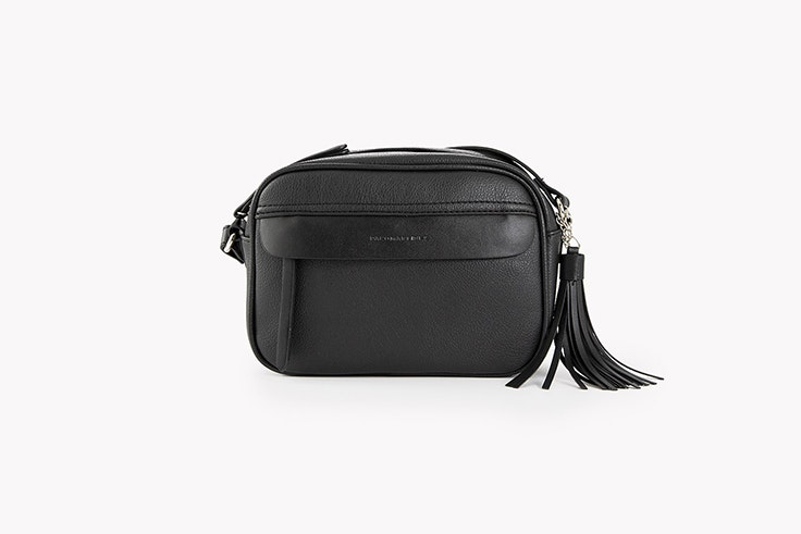 bolso bandolera negro con solapa y borla de paco martinez Alexandra Pereira