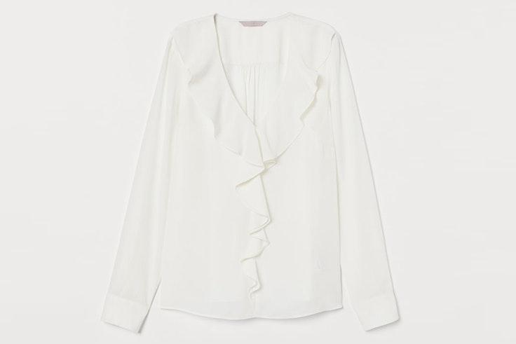 Blusa blanca con volantes en el escote de H&M