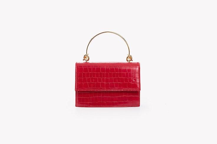 bolso rojo efecto coco con detalle metálico de paco martinez looks de oficina
