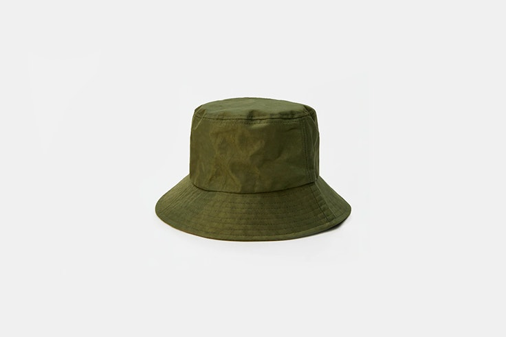 gorro bucket verde caqui de Pull and bear Melissa Villarreal