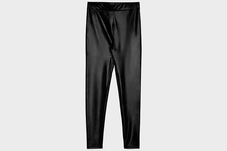 Leggings de efecto cuero en color negro de Bershka