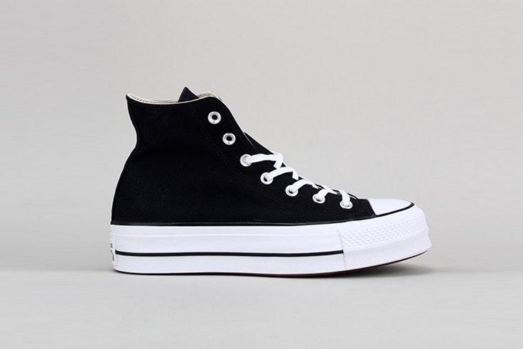 Zapatillas negras de Converse con plataforma. Disponibles en la zapatería Krack