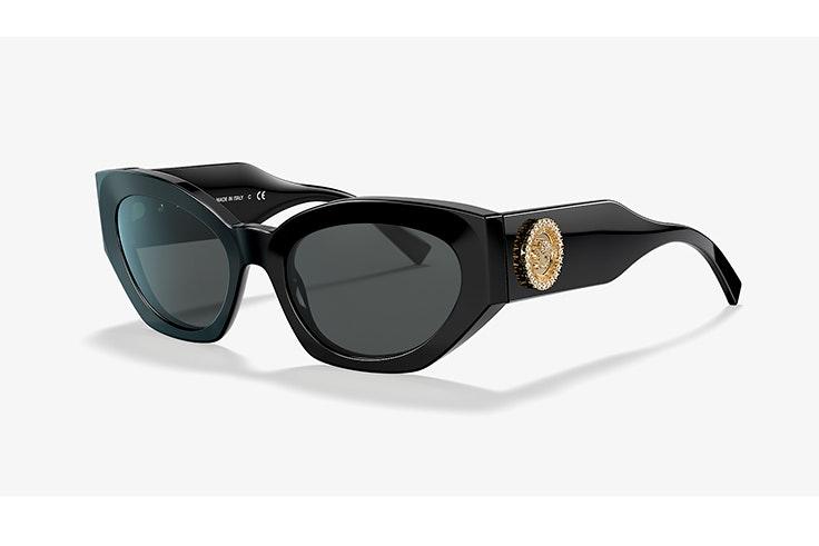 Gafas de sol de pasta negra de Versace. Disponibles en Sunglasss Hut