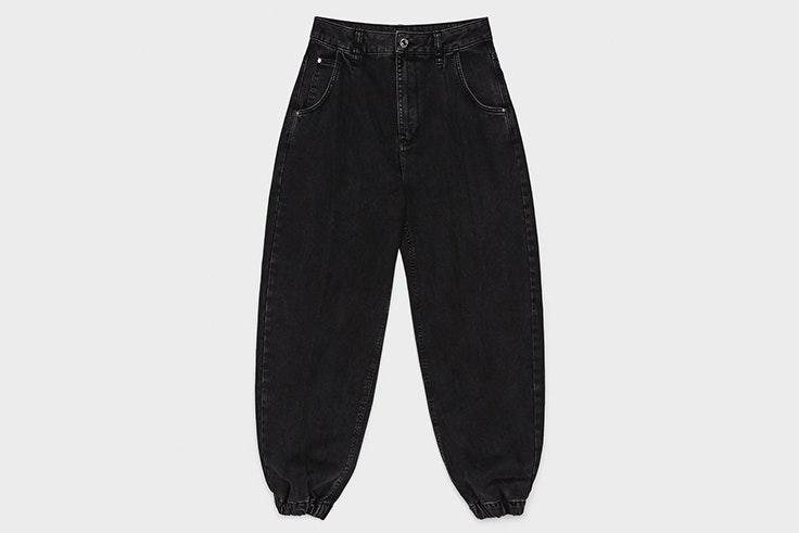 Pantalón vaquero slouchy en color negro de Bershka