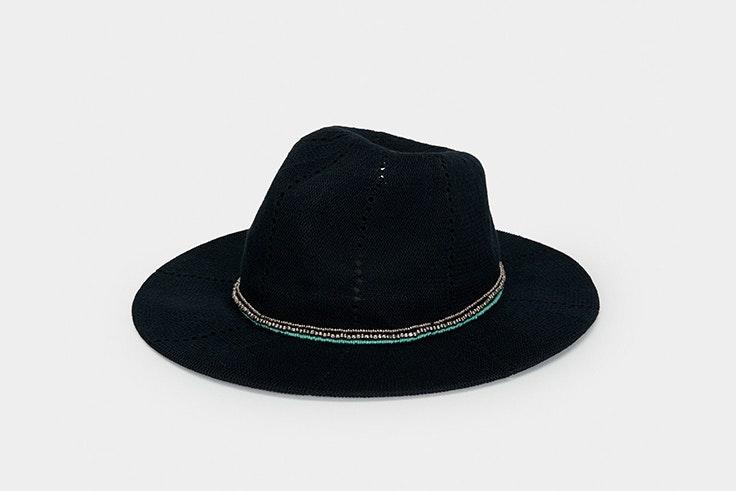 Sombrero en color negro con tira de perlas de Parfois