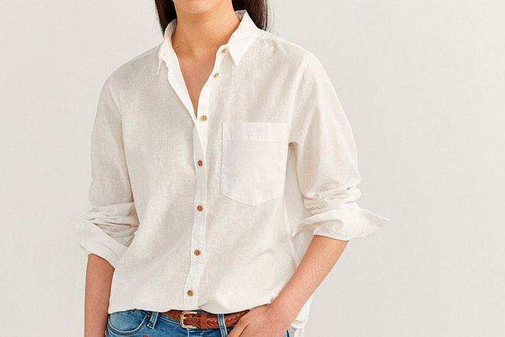 Camisa de lino en color blanco con detalle de botones de Springfield blusas favoritas de las influencers