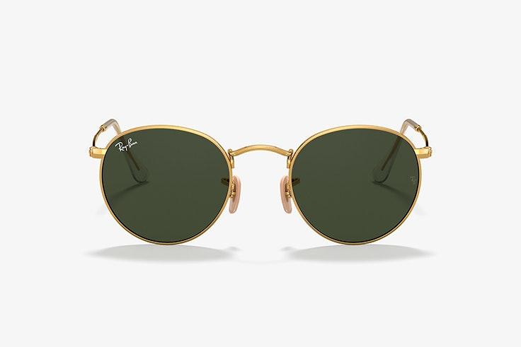 Gafas de sol redondas y doradas de Ray Ban. Disponibles en Sunglass Hut