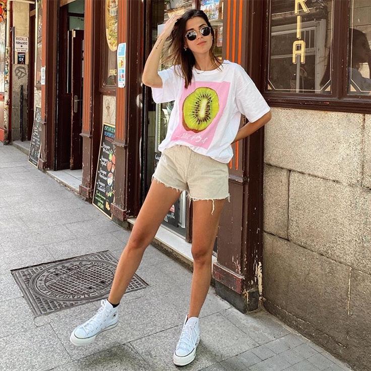 mery turiel estilo look para verano 2020 camiseta de pull and bear estampado kiwi