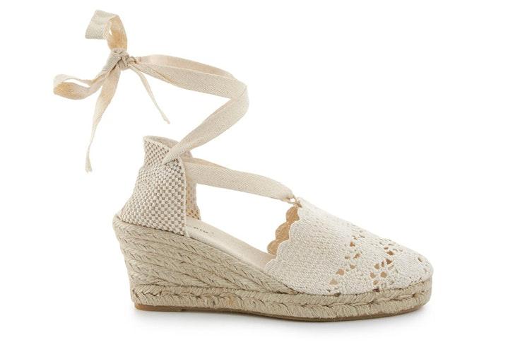 sandalias para verano Cuñas de esparto en color blanco. Disponibles en Merkal Calzados