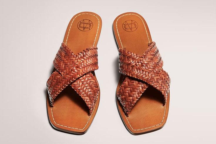 Sandalias planas en color marrón de Massimo Dutti