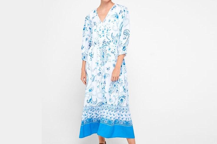 Vestido largo con estampado en tonos azules de Cortefiel