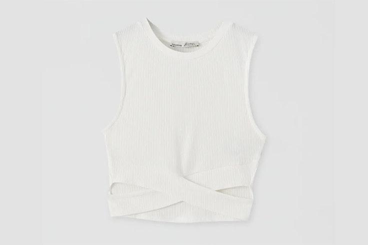 Top blanco con detalle de aberturas en el bajo tipo cut out de Pull & Bear - 12,99 €