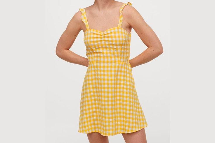 Vestido amarillo de cuadros vichy con volantes en los tirantes de Pull and Bear