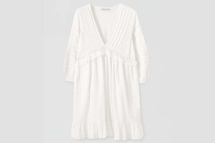 Vestido blanco con escote de pico y bordados pull and bear