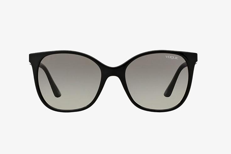 Gafas de sol en color negro de Vogue. Disponibles en Sunglass Hut