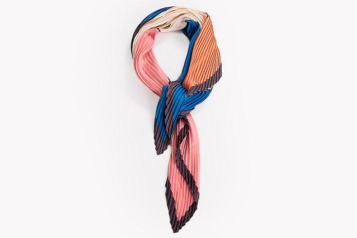 Pañuelo multicolor plisado de Paco Martínez tendencia de pañuelos estampados